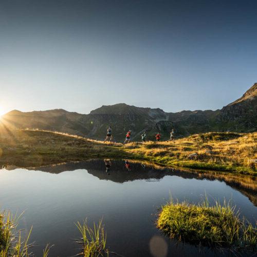 Wandbild Trailrunning Bergsee Sonnenuntergang